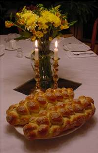 Shabbat_candles_and_challanh